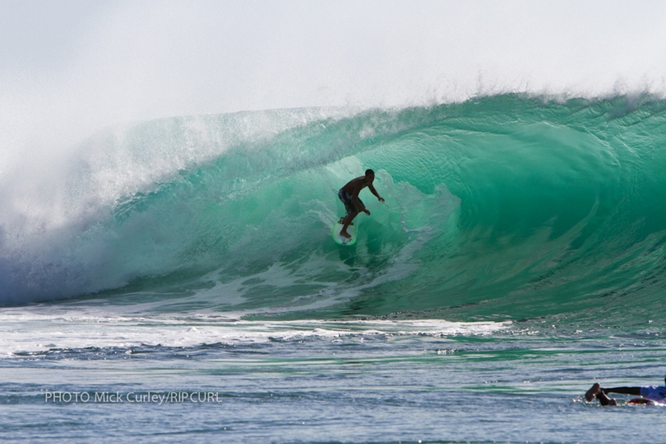 With less than two minutes remaining in the 60-minute heat, Wakita was in first place in front of Rothman with a narrow 1-point lead, when the largest set of the morning came marching in from the Indian Ocean towards the Padang reef. Rothman went for the first wave of the five-wave set and bobbed and weaved his way through the bending tube on his backhand, all the way across the reef. He escaped through a detonating lip on the shallow end section, and finished off the ride with a flourishing claim on the inside.