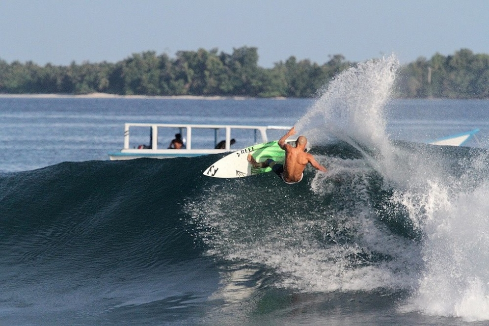 Shane Dorian man hack, spraying the Kandui Resort boat, the guy is ridiculously good.