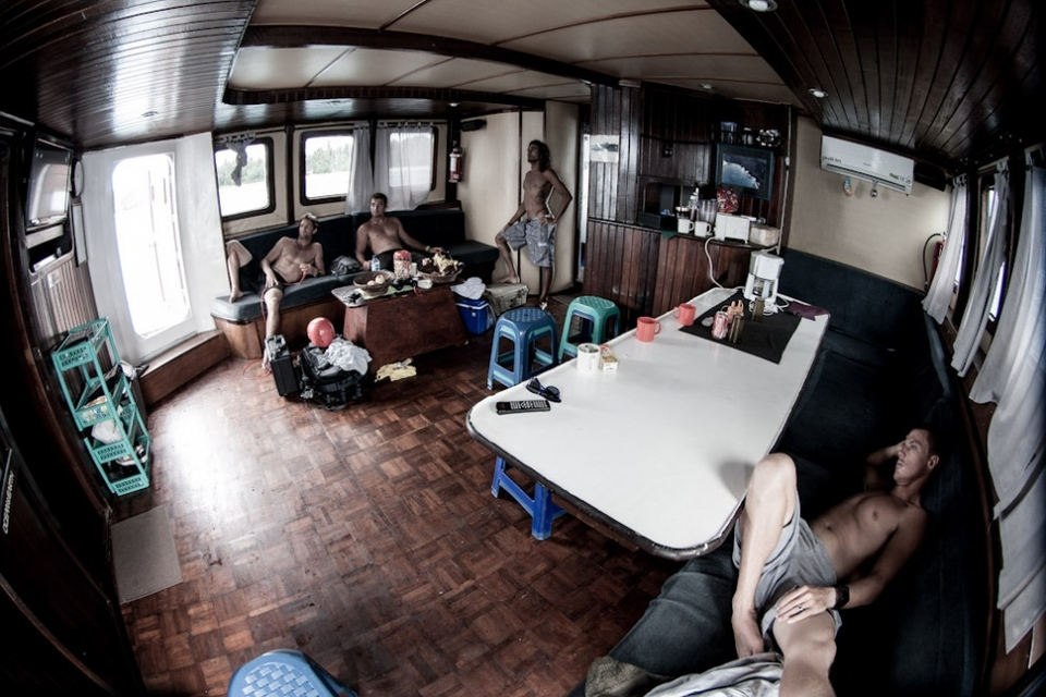 Boat trips means intense surfing, so the guys take their time in between sessions to relax in the shade and recover in-between surfs. Wii, Tv, Videos, cards or a simple nap… it's all good.