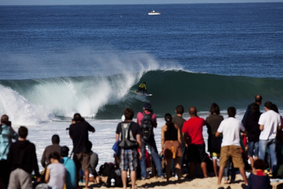 Gabriel Medina nailed the first perfect 10 of the event, an chunky left barrel rubber stamped with a forehand air.