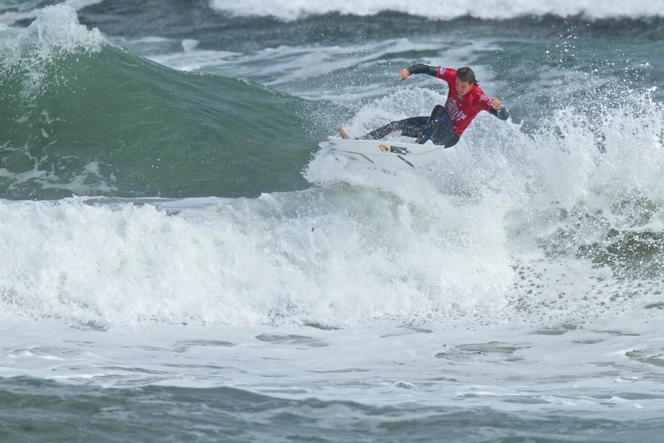 JORDY Smith and John John Florence set the standard on the second day of competition at the  Cold Water Classic  Tasmania.   Defending champion Jordy got out of his sick bed and into the wild and cold Southern Ocean waters to up the ante in this 6-Star ASP event.