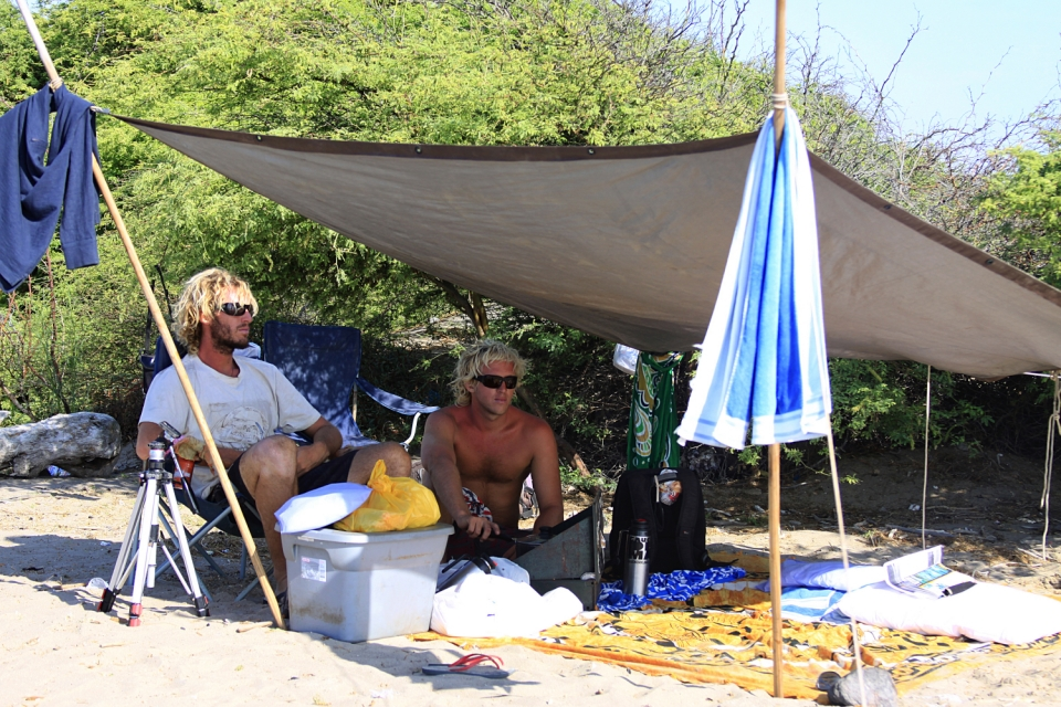 Peru´s desert is extremely hot during the day and cool at night.  The tarp provided us shade in the desert and acted as a shelter from rain in Mexico and Central America.  While we weren't surfing, we cooked, filmed and shared some mates (Argentinean tea) under this shade.