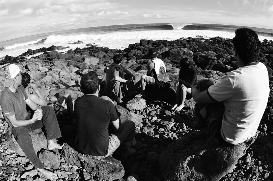 After the session, Chileans, Peruvians and locals Mandy, Zuzuki, Kenny and Tama gather on the rocks just to enjoy the show.