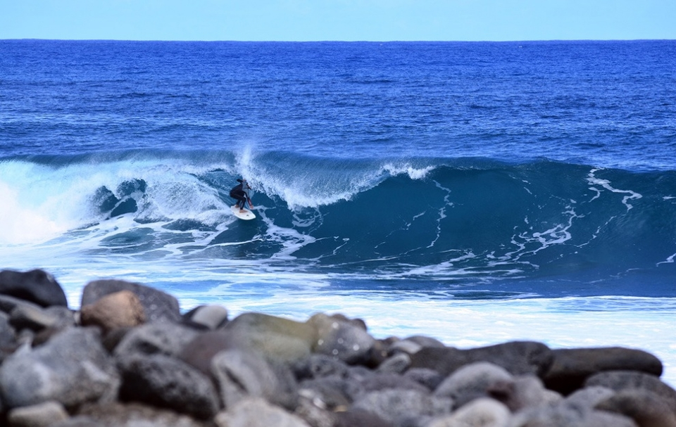 When isn't big, the waves are likely to be more dangerous. Here is Fabio, from Peru, hoping to make it on a very shallow lava bottom at Mataveri.