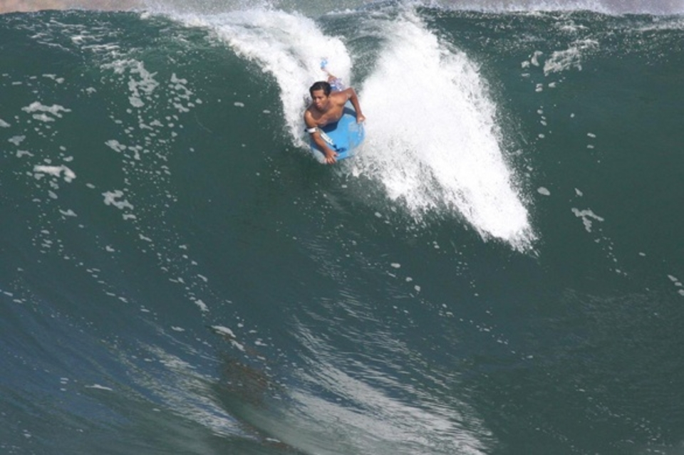 Late and commited Puerto style ... Local bodyboarder