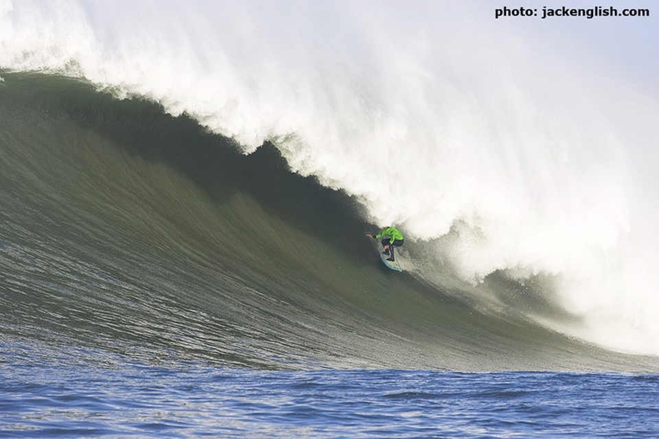 Twiggy shows zero fear as he pulls into set wave that would later smash into the cliff injuring 15 spectators.