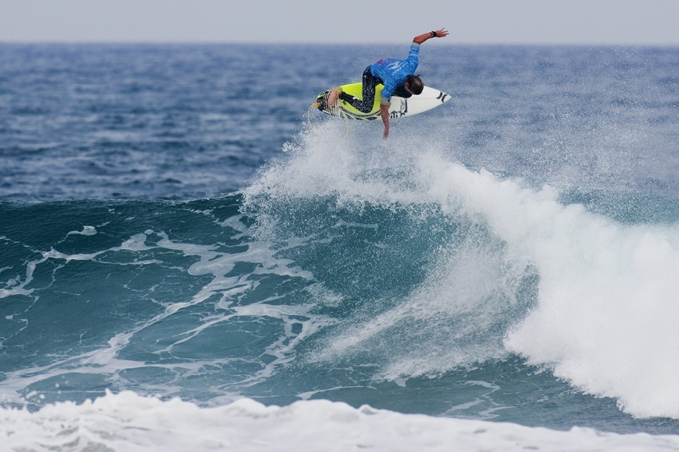Brett Simpson, tour rookie at 25 is hardly a grom (9 years senior to Medina) but he is proving his worth, lofting a full rotation 7.83 alley-oop as he secured a Round 2 win over 2009 ASP World Tour Rookie of the Year Kekoa Bacalso (HAW), 24.
