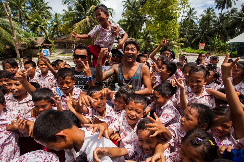 Anticipation of an incoming swell on Thursday had Contest Director James Hendy call for a lay day Wednesay at the Mentawai Pro presented by Rip Curl. The lay day allowed the contestants more time to free surf and also to visit the local Katiet Elementary school and meet with the kids.