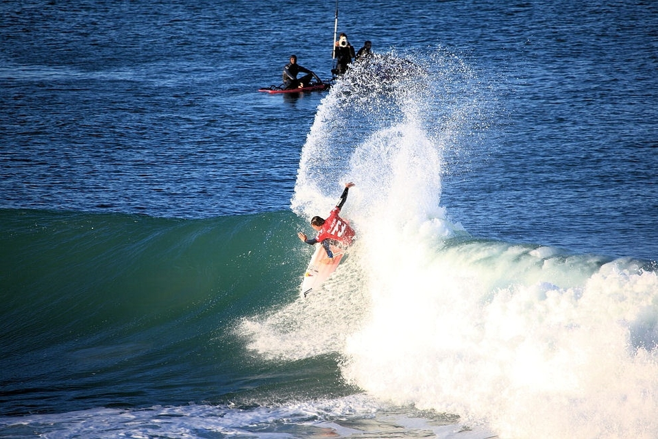 Jordy Smith on his way to the fourth round in the last heat of the day.