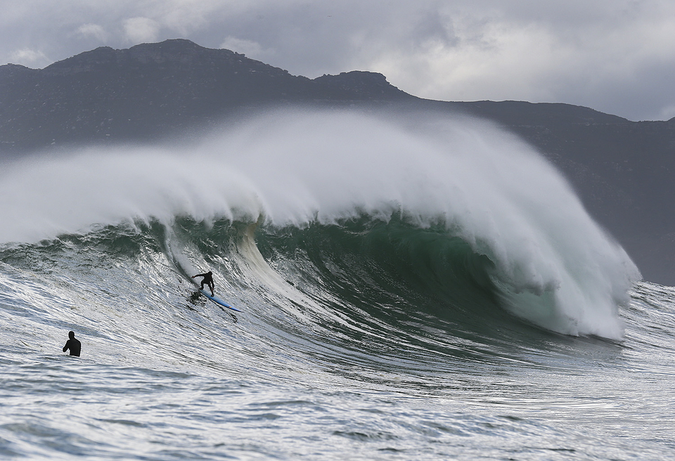 Twig dropping into one of the more flawless waves we've seen. Look at that.