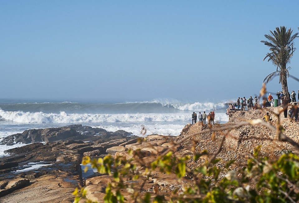 As breakfasts were finished, only a few bothered to grab their boards, most opting for their cameras or smart phones. By 10am the groups had started to gather on the famous site, home of Moroccan surfing, Anchor point.