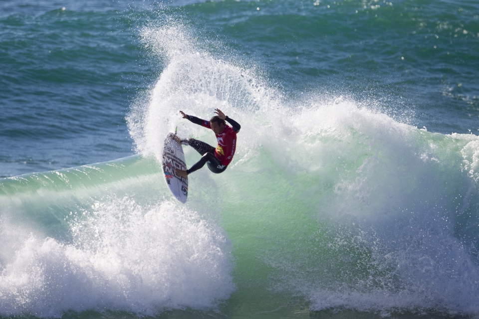 Smith faced up against a formidable opponent in the form of wildcard, Frederico Morais. Despite a heavily bruised big toe, he punched his way through to the fourth round with some trademark power surfing.
