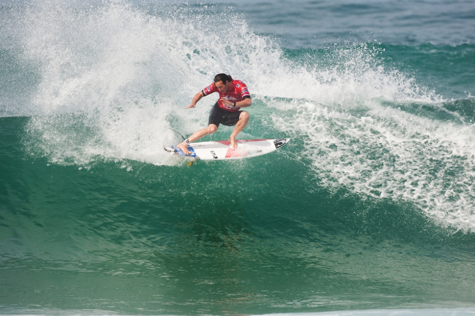 Jordy Smith might have had to to surf Round 2 but he smoked Dane in some style (18.90 point total).