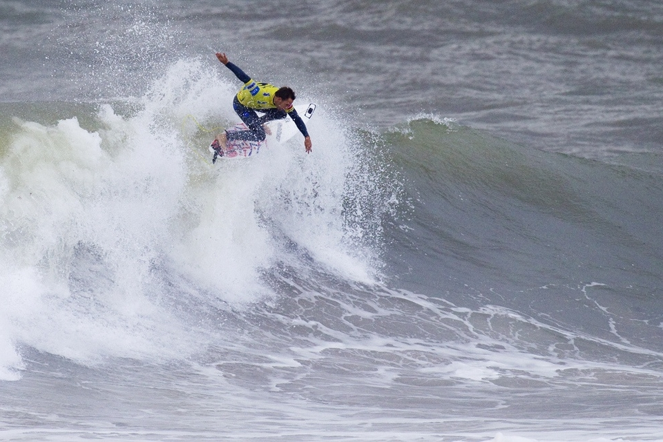 Tom Whitaker (pictured) posted the highest single-wave score of the day, a 9.50 out of a possible 10, for two monstrous backhand bashes on a lumpy lefthander. The score, combined with an earlier 5.17, was enough to Kelly Slater and Bruno Santos.