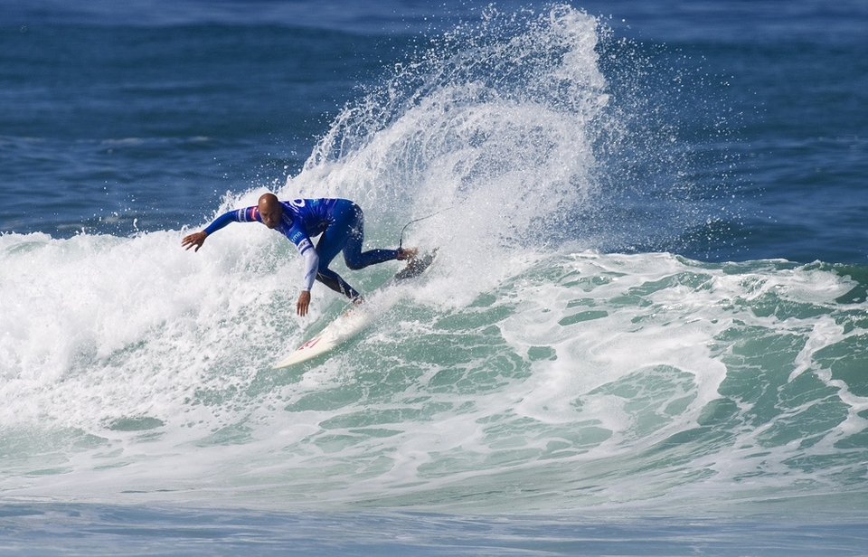 Some other surfing went down today and whilst everyone was still mulling over yesterday's action Kelly got busy in his heat relegating Damien Hobgood and Chris Davidson to round 5's do or die.