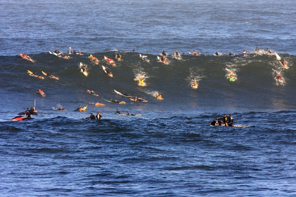 The first call is a bit Chinese whispers, did they just call it off or on hold? The call is to hold from 6.30, to 8 and then 8.30am. They want to call it on if it's good enough, but only if it's good enough. The crowd paddle out knowing their freesurf is being watched by 15,000 expectant fans.