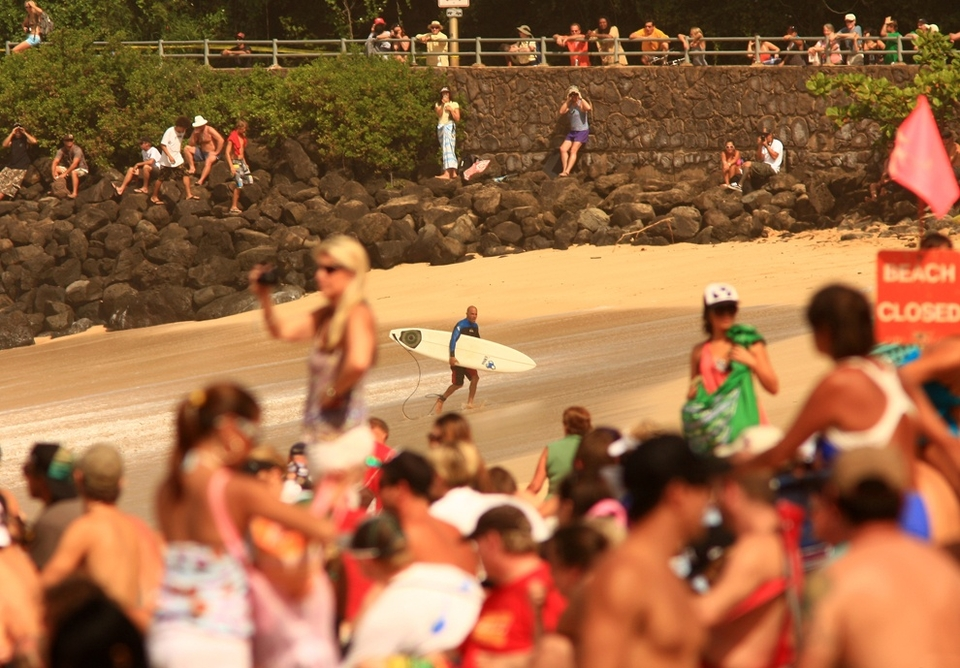 Kelly Slater calls it a day -- what's wrong with this picture? He's surrounded by clear sand whilst the crowd all look the wrong, way minus a few eagle-eyed peelers. What can the reason be? Free money? Return of the Reef girls?