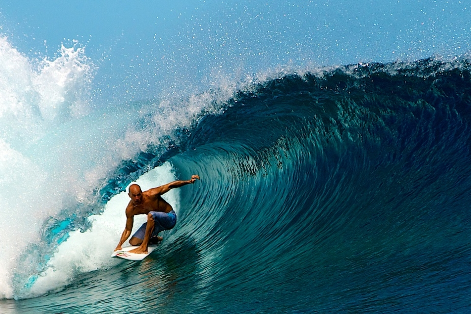 As soon as Kelly Slater hit the water the crowd went crazy and he sure did put a show on for all to look up too. Here is one of him demonstrating how to ride Teahupoo on his backhand.. Kelly's ripping.