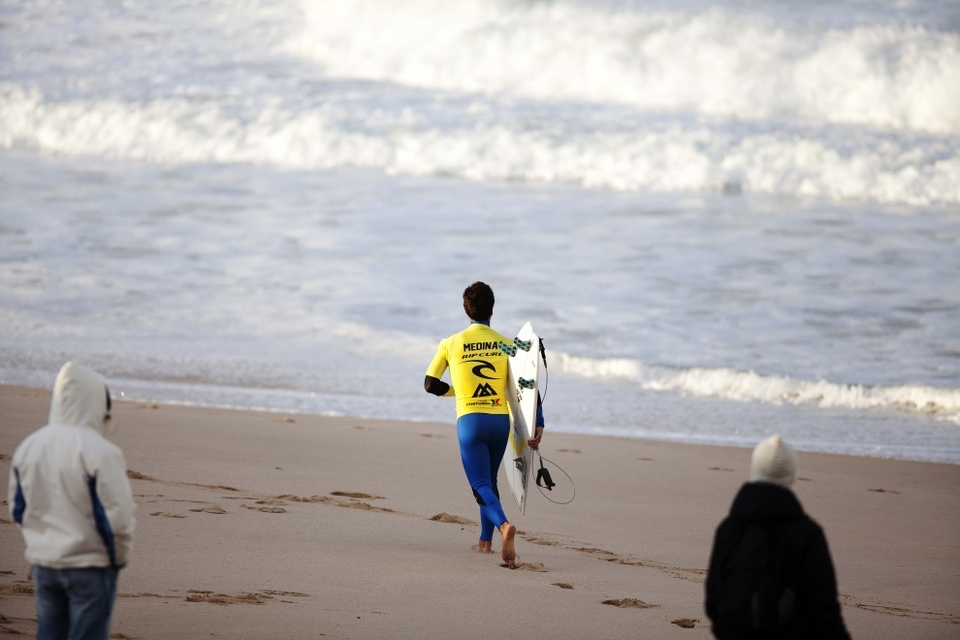 Medina has suddenly found his killer instinct again, less hassling and more surfing suits this mercurial talent.
