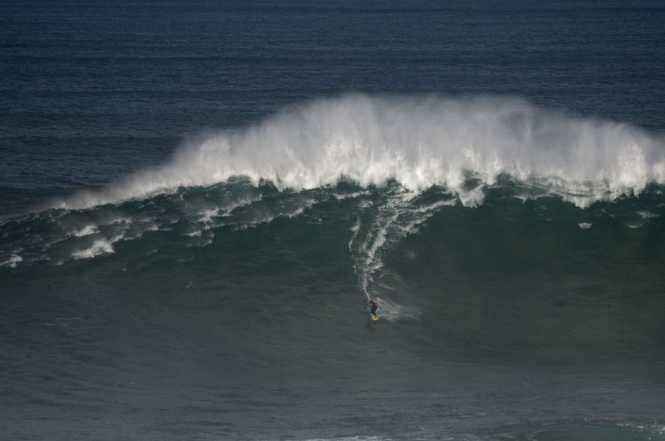 Sylvio Mancusi on a bombing A-frame at Praia do Norte.