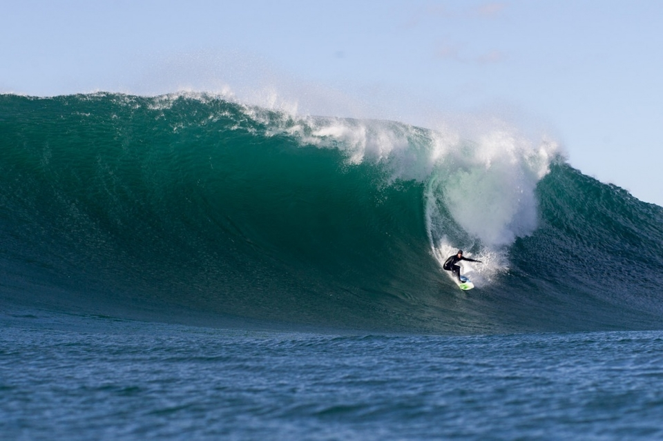 The session started off with the right kind of wind grooming the looming faces of as what was once Hurricane Rafael.