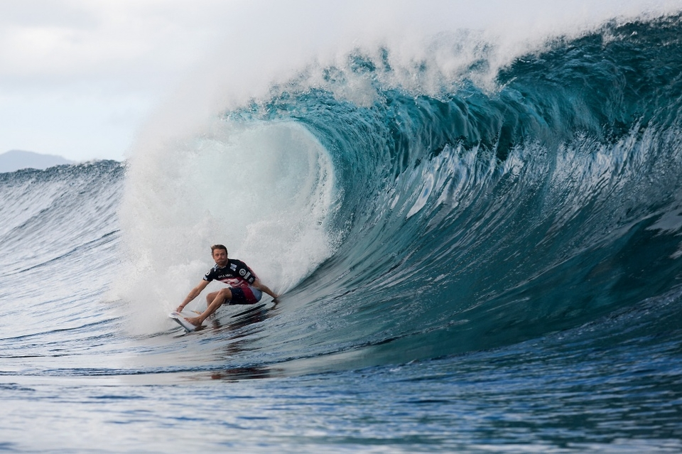 Reynolds, a wildcard into the event, posted the only perfect 10-point ride of the Billabong Pipe Masters so far, driving through a deep backdoor barrel en route to eliminating Adriano de Souza in Round 3. Reynolds' perfect score came in his second heat victory of the day after besting Kai Otton, in Round 2 in their morning match up.