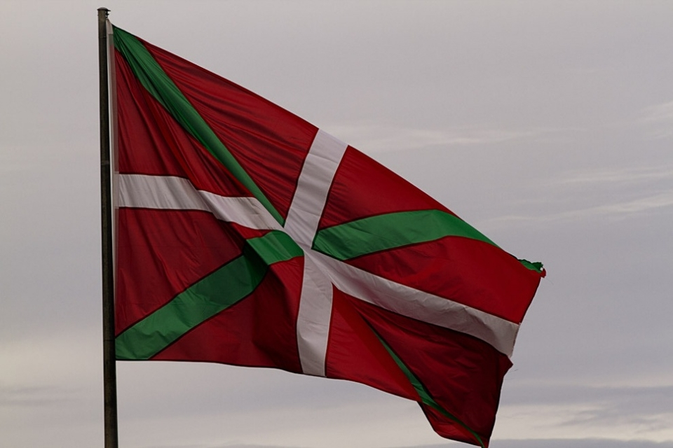The Basque Flag flies proud in these parts.