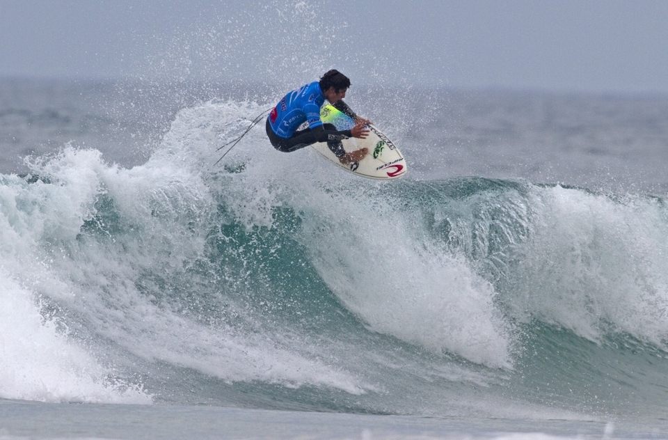 The other (perhaps to be shortly curtailed) story is the young wildcard Gabriel Medina who took out former world champion C.J. Hobgood in Round Two.