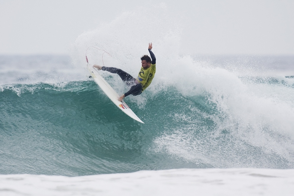 Dane Reynolds scraped through a low scoring heat - a 9.06 being enough to defeat Blake Thornton who only managed a 7.46.