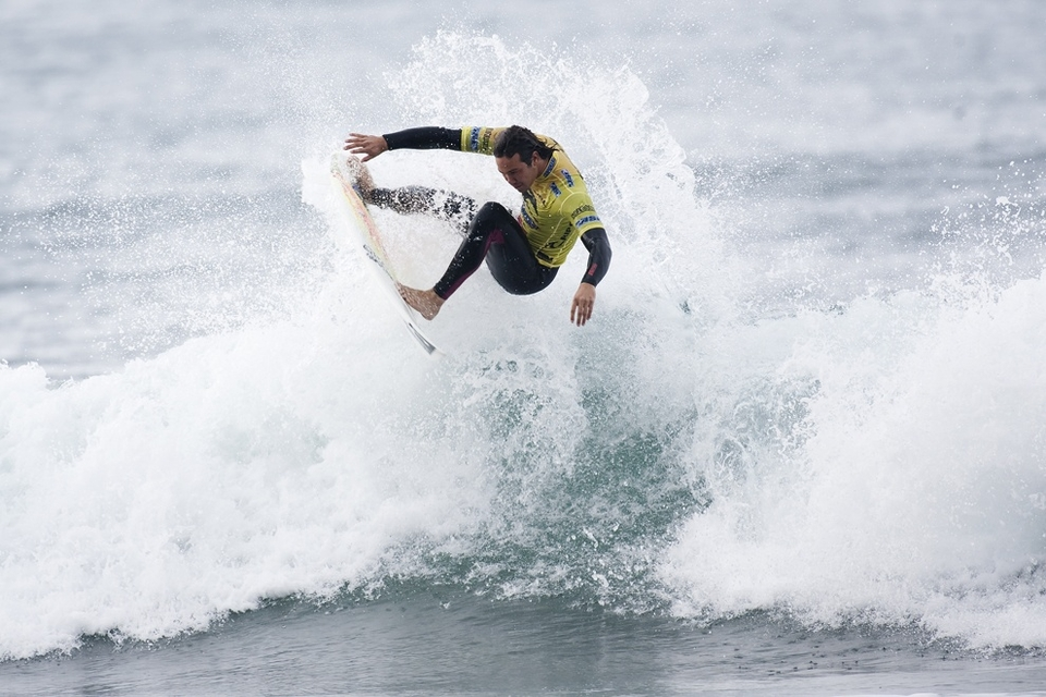 Jordy Smith lived up to his world number two slot taking out the equally hyped Owen (don't mention Freddy P) Wright before swatting team mate Roy Powers aside with 'almost' contemptuous ease to reach the quarters, mixing up big hacks with a whole bunch of aerials.