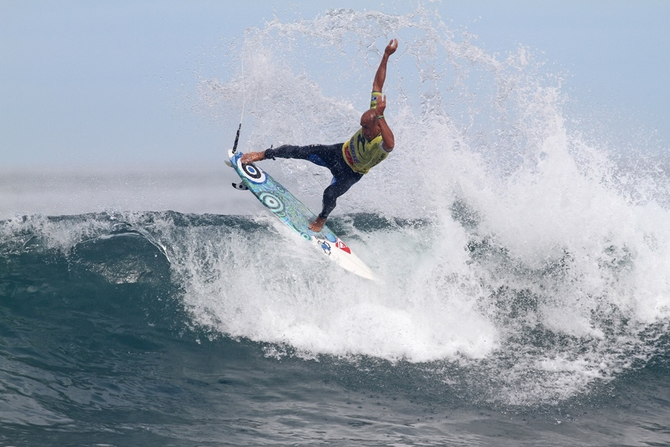 Coming up in round 4, Kelly Slater, sporting an injured foot survived a race against time journey back from the hospital to beat the Dusty Payne via the 'just enough surfing to survive' route.