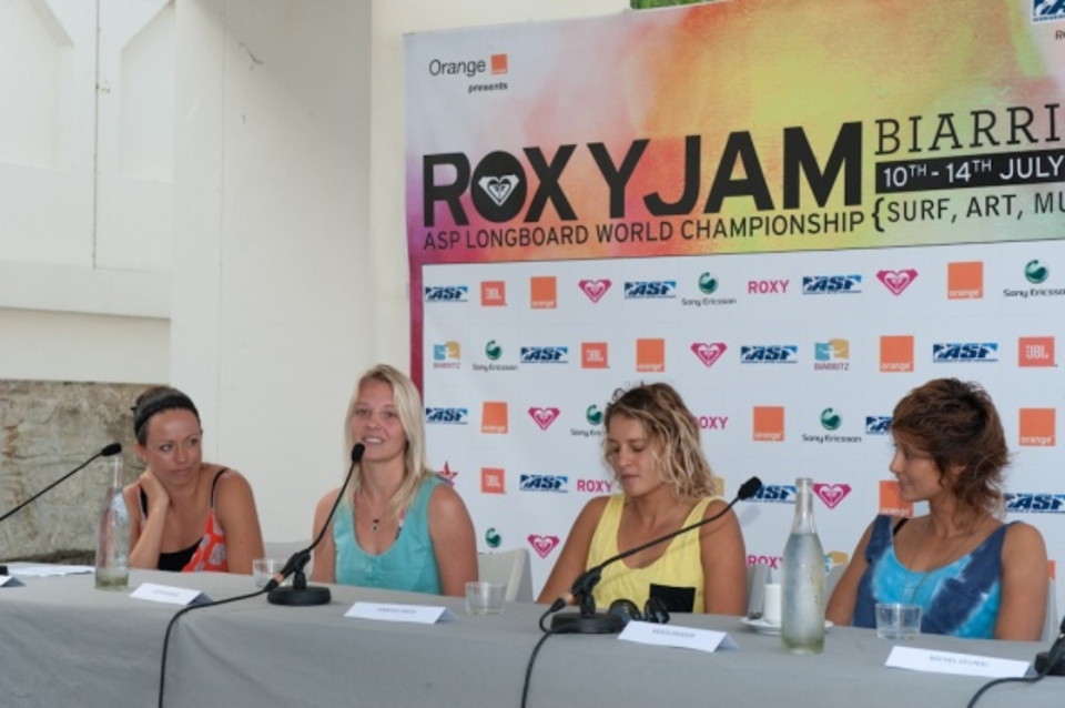 Roxy Jam 2010 press conference, attended by the surfers and the Deputy Mayor, Michel Veunac.