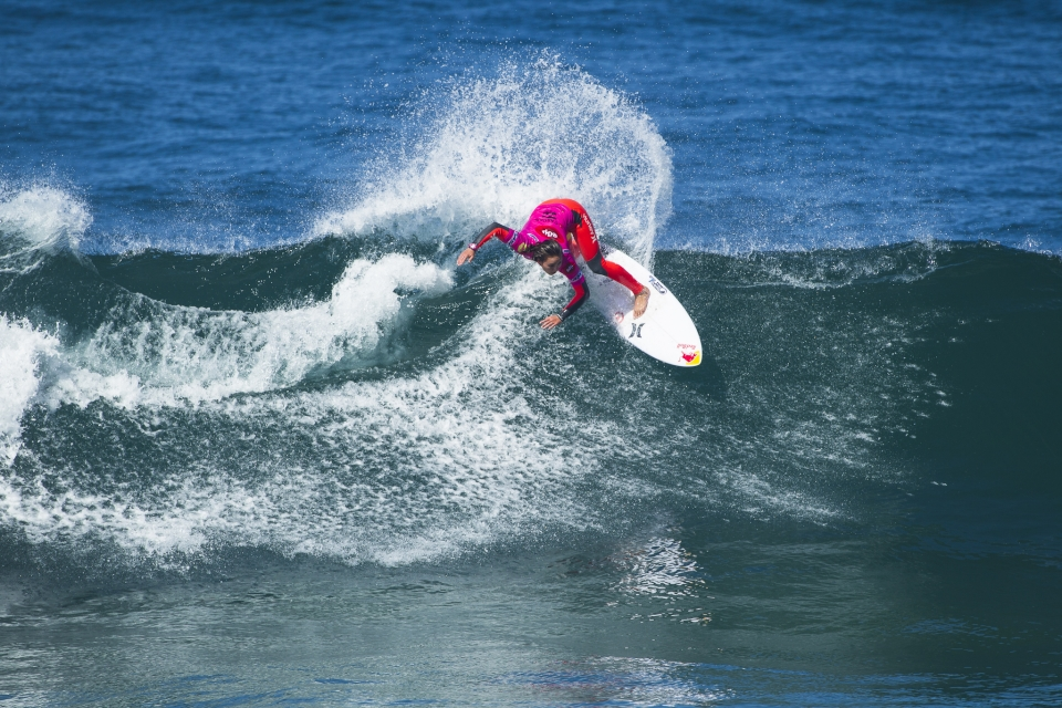 Carissa Moore fought off Steph Gilmore to keep her World Title hopes alive.