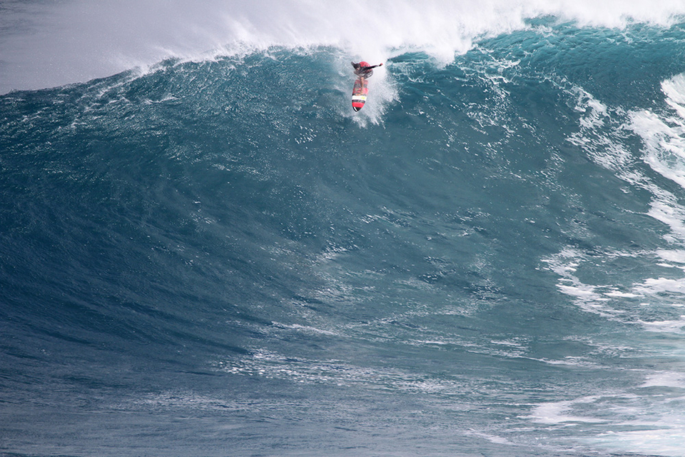 Albee sticks the drop pre-barrel at Jaws.