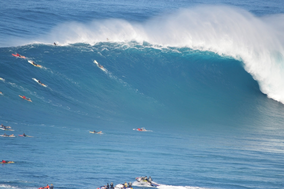 You Wouldnt Want To Get Caught Between >> Thundering Jaws The Swell That Pulled The Pe Ahi Plug