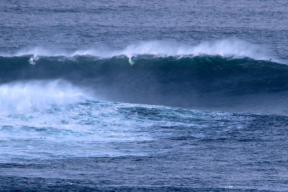 Big brother Cliff fights through offshores at Nelscott Reef.