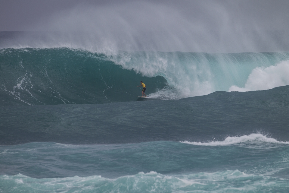 With a low seed, Lau was forced to surf from the very first round. All the more opportunity to nab a gaping Sunset pit.